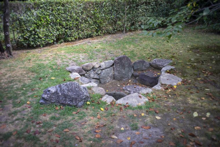 渉成園の亀の甲の井戸