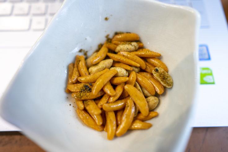 黒煎り七味を混ぜた柿の種
