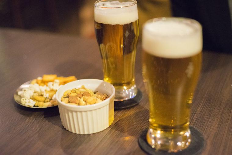 CALM(カーム)のビールとナッツ