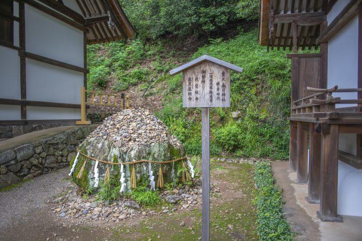 宇治上神社の巨石2