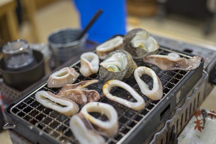 漁協食堂うずしおでサザエとイカ焼き