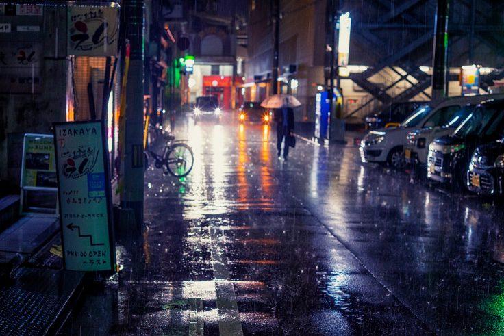 土砂降りの商店街