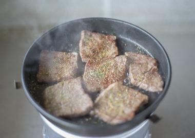 トランギアストームクッカーで肉を焼く