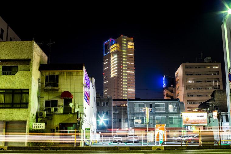 高松北警察署前から見た高松シンボルタワー