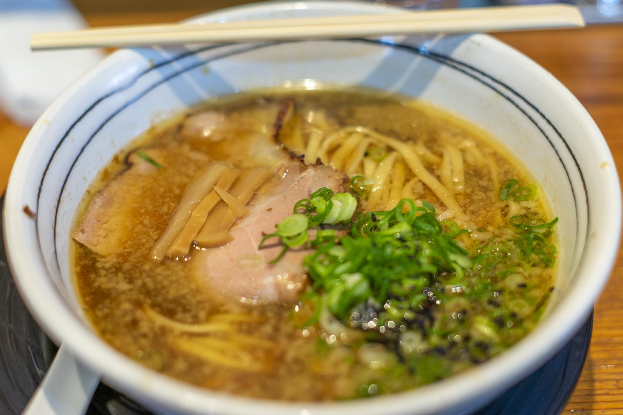 高松市屋島西町「拉麺ひらり」の塩ラーメンと醤油ラーメン