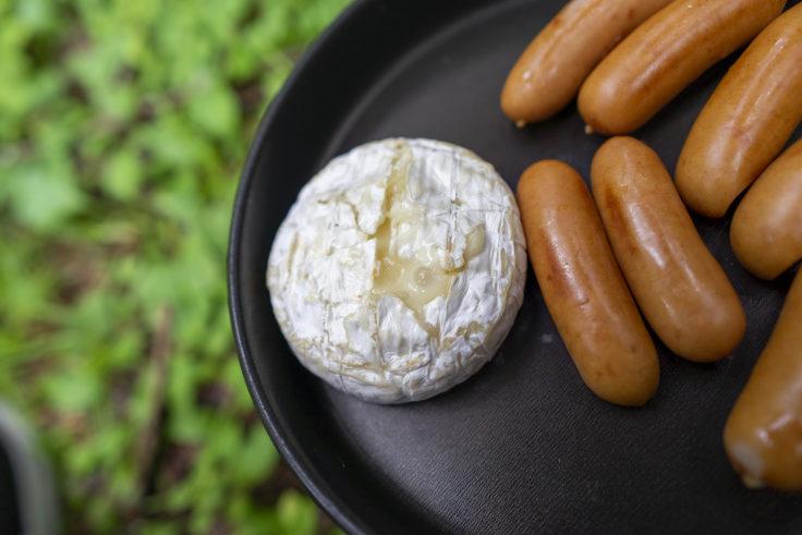 トランギアストームクッカーでチーズとウインナーを焼く