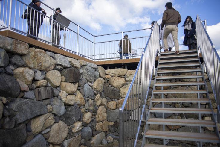 高松城天守台に登る