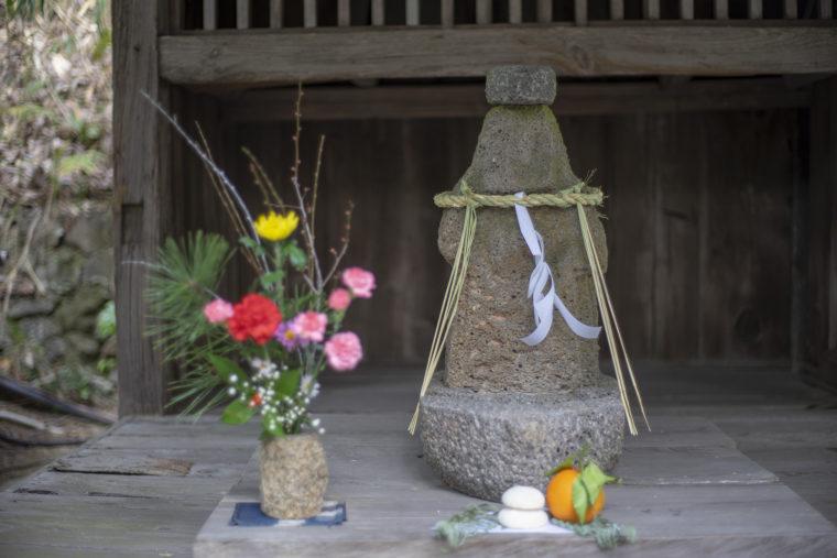 四国村茶堂の流政之氏の石仏