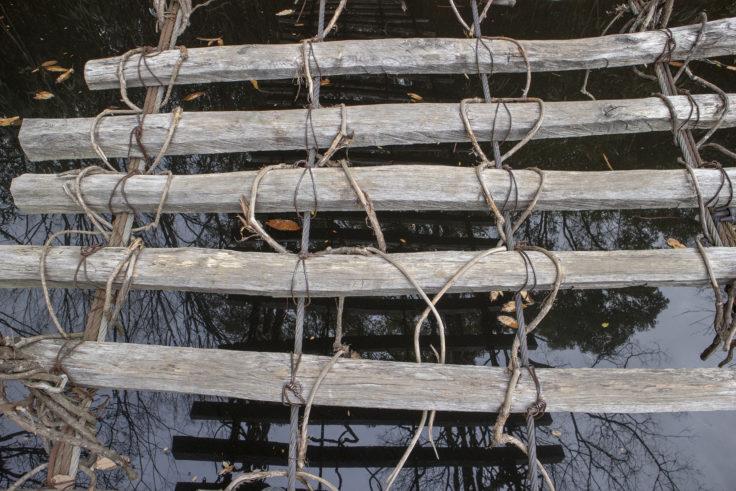 四国村の祖谷のかずら橋の間