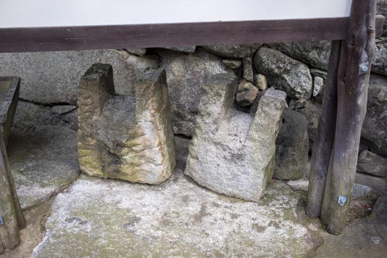 四国村滝田吉一「繕われた足袋」の下の石