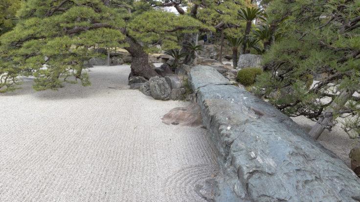 旧徳島城表御殿の枯山水庭園の石橋を渡る
