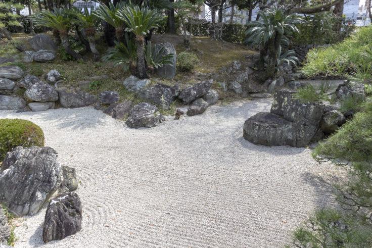 旧徳島城表御殿の枯山水庭園の石橋から見た枯山水