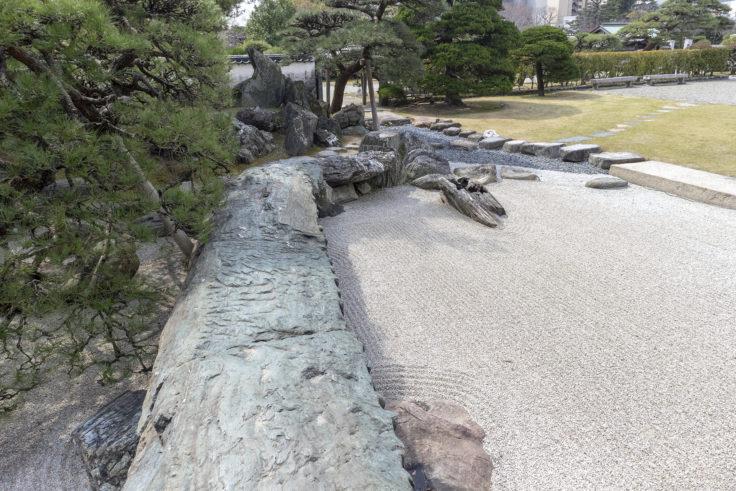 旧徳島城表御殿の枯山水庭園の石橋を渡る2