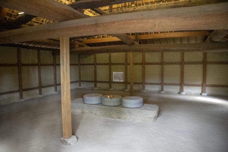 方形の砂糖〆小屋内部