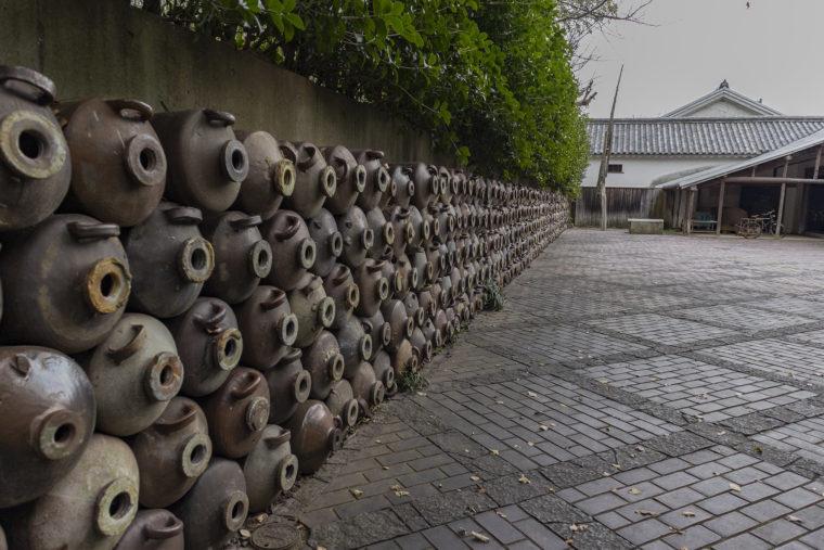 四国村の醤油蔵・麹室前の甕