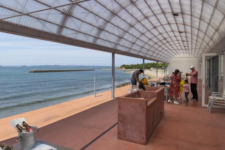 海のレストラン店内