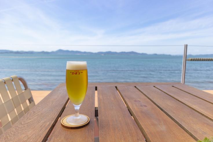 海のレストランの生ビール