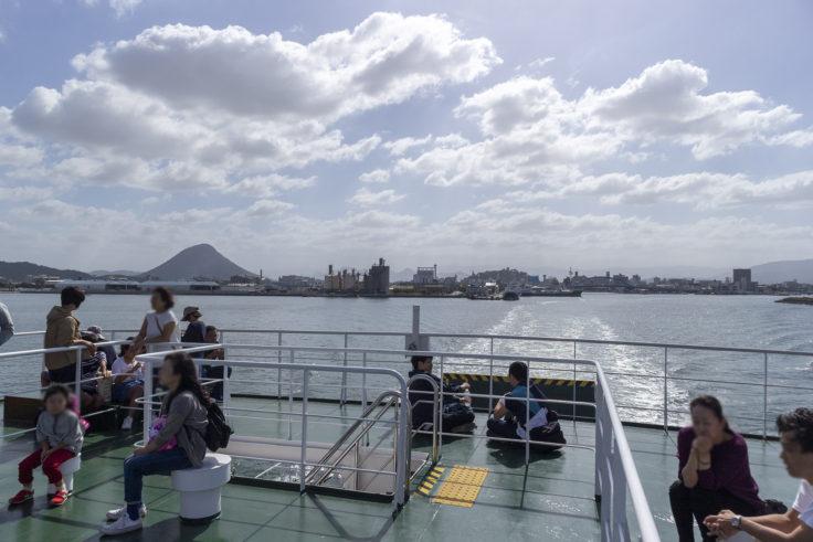 本島行きフェリーから見た飯野山と丸亀城
