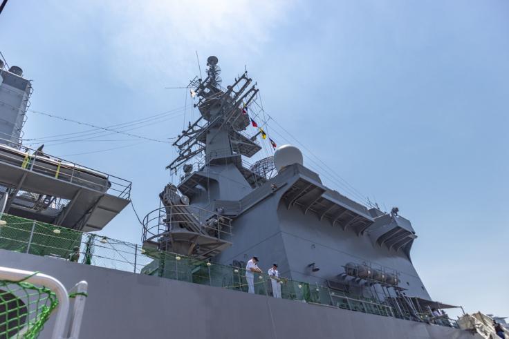 掃海母艦うらが管制塔を見上げる