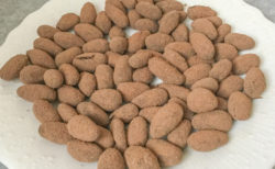 DARI・Kのカカオ豆にカカオをまぶす