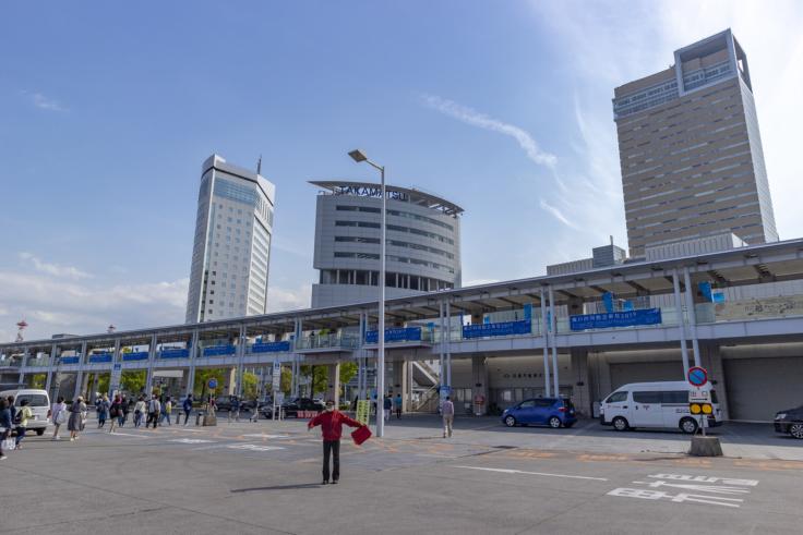 高松港の瀬戸内国際芸術祭横断幕