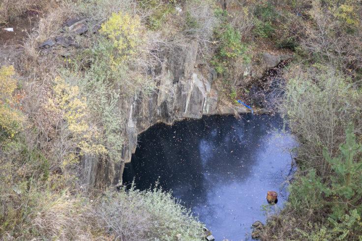 由良山の柱状節理と池