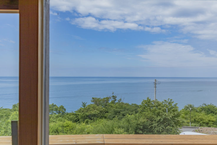 風待ちの丘ルンの窓際から見える海
