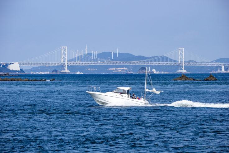 淡路島の風車と大鳴門橋
