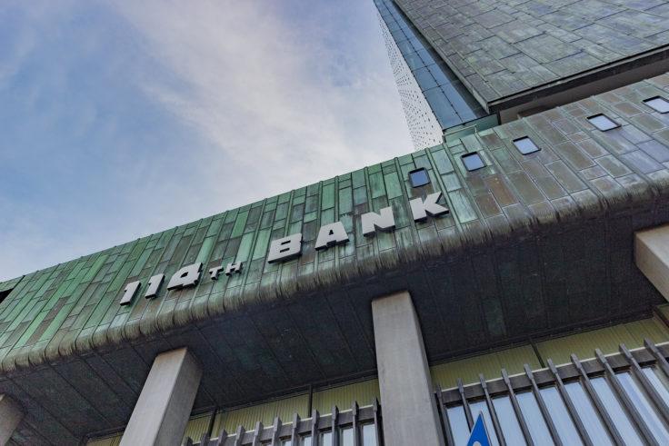 百十四銀行本店を見上げる3