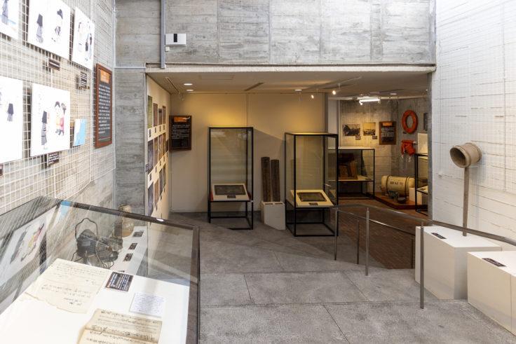 瀬戸内海歴史民俗博物館内部の下がる階段