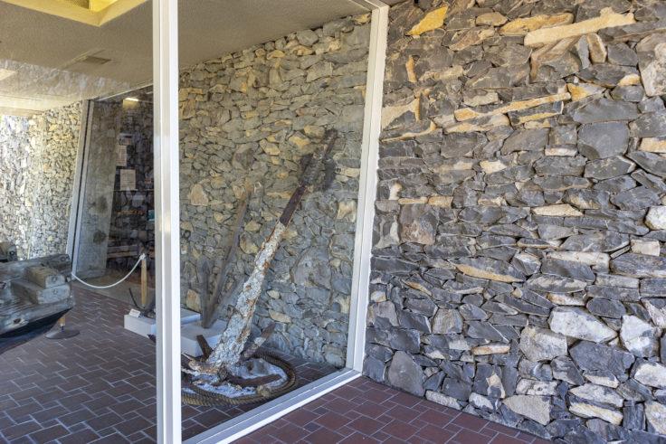 瀬戸内海歴史民俗博物館内内部と外部の石垣