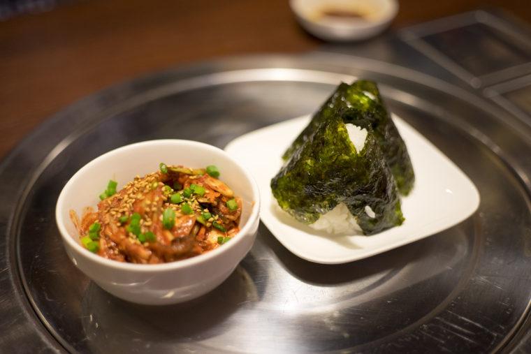 韓国家庭料理サランの韓国のりおにぎりと白菜キムチ