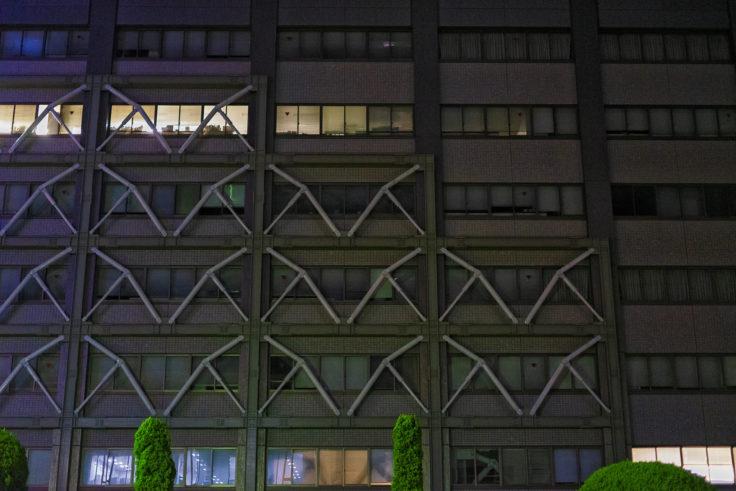 夜の補強されたビル