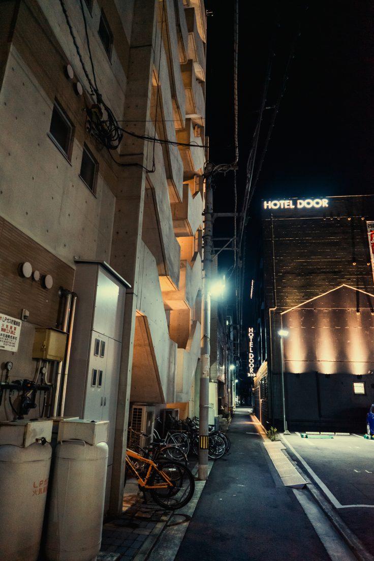 路地裏のホテル