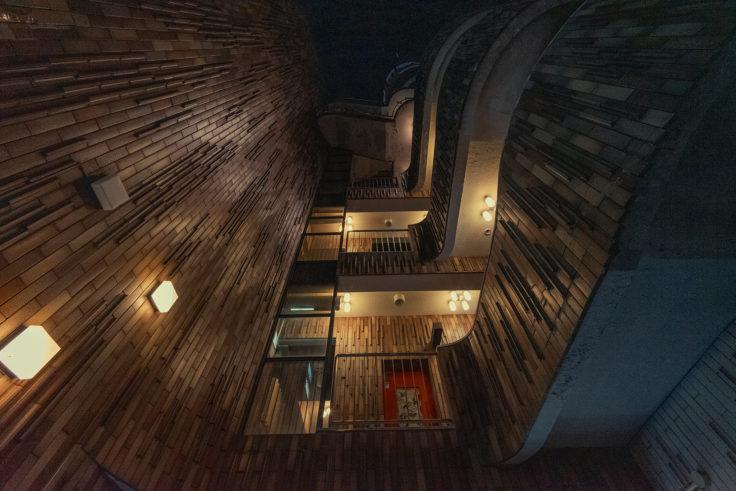 高松市夜のビルを見上げる