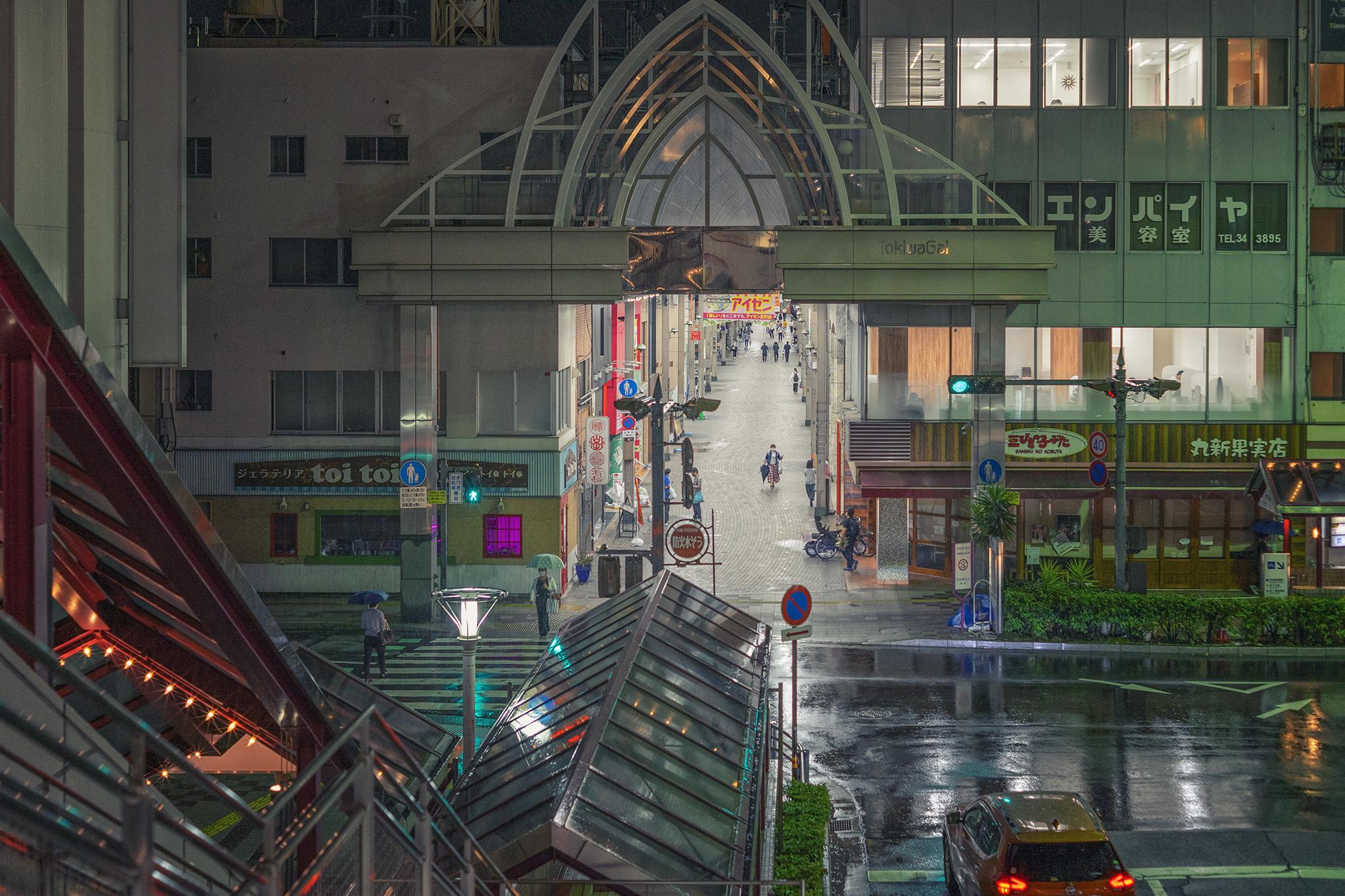 雨の夜、50mm単焦点レンズでスナップ写真を。【ZEISS Loxia 2/50】