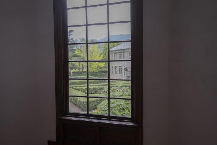 あがたの森文化会館窓