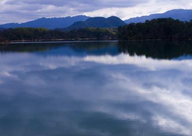 池と空の映り込み遠景