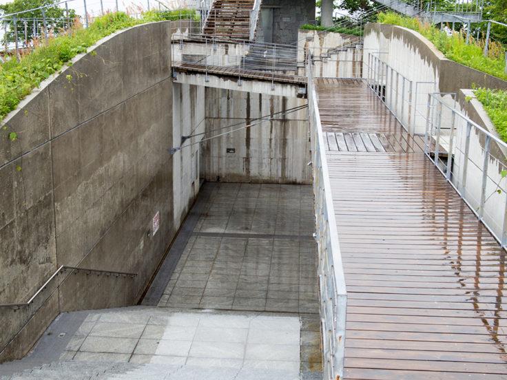 亀老山展望台のデッキと階段