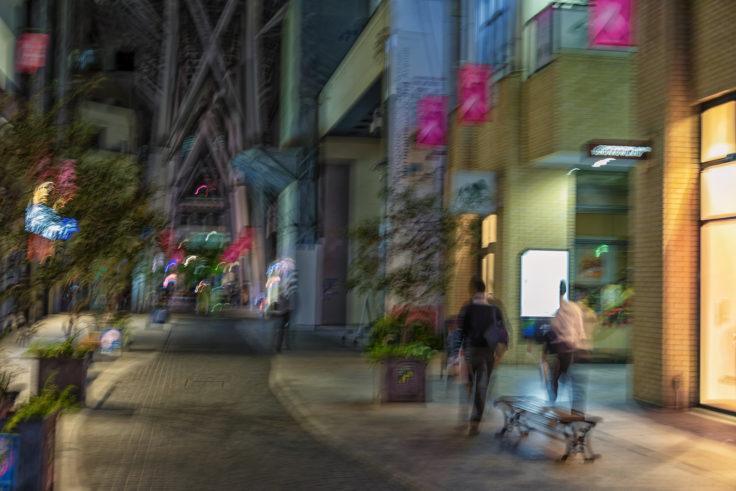 ブレた商店街の写真