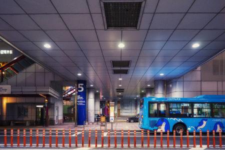 夜の瓦町のバス